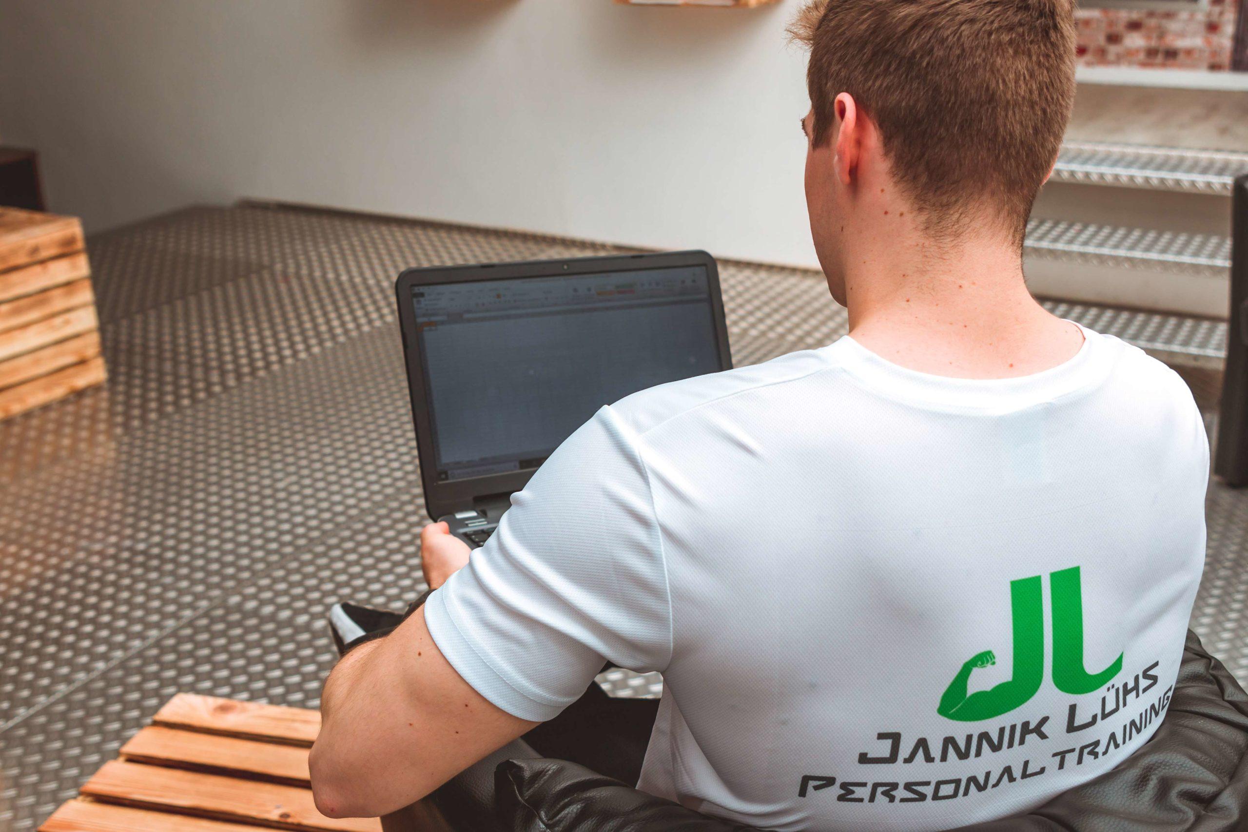 Online Coaching: Jannik Lühs bei der online Betreuung seiner Klienten und der Vorbereitung von Gesundheitsvorträgen